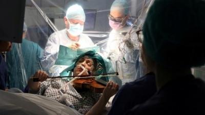 Operiši me dok sviram: Pacijentica svirala violinu tokom operacije mozga