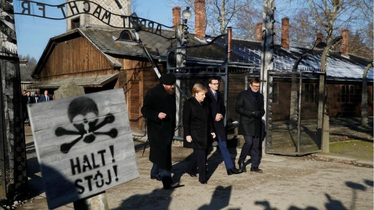 Merkel prvi put u Auschwitzu - odala počast žrtvama