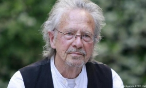 Pokrenuta peticija za oduzimanje Nobelove nagrade Peteru Handkeu