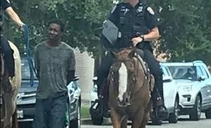 I to je USA: Svezali crnca uz konje: Američki policajci na konjima vodili svezanog crnca
