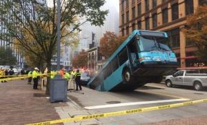 Autobus propao u rupu kad se zaustavio na semaforu