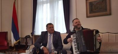 Doveo harmonikaša u kabinet - Dodik ispunio obećanje