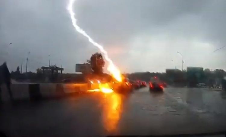 Video: Dvije munje udarile u auto na autoputu