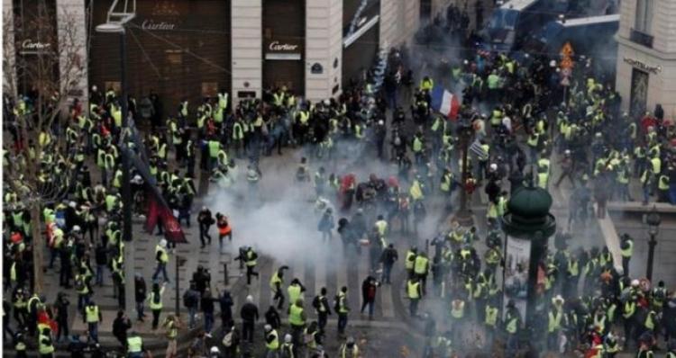 (video) Pakao u Parizu: Ženi granata sa suzavcem otkinula ruku