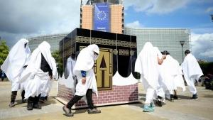 Kaba u Briselu: U Briselu protesti i simbolično kruženje oko makete Kabe