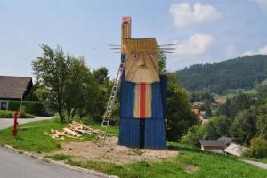 Drveni spomenik Trumpu u Sloveniji visok 7 metara