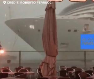 Oluja nosila kruzer - umalo udario u restoran u Veneciji