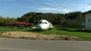 Veliki putnički avion parkiran u dvorištu u Stubičkim Toplicama