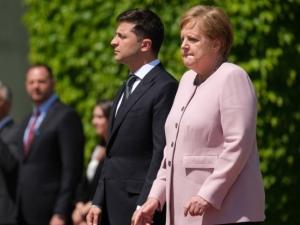 Dehidracija? Ili težak panični napad! Merkelova se tresla uoči sastanka sa Zelenskim (VIDEO)