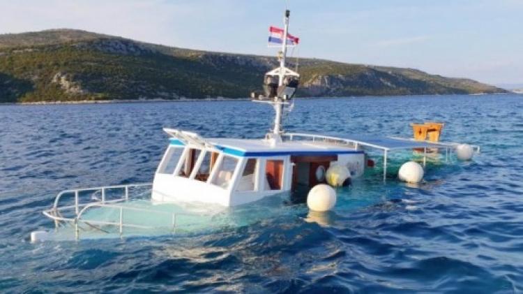 Kod Drvenika potonuo izletnički brod (foto)
