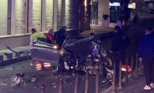 Autom se zabio u hotel, vatrogasci rezali lim
