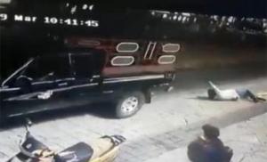 Gradonačelnika zbog lošeg puta vezali za kamion i vukli po ulici (VIDEO)