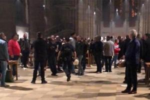 (video) Muškarca koji je upao u crkvu i vikao Alahu Akbar savladali Hrvati