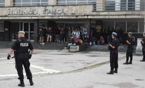 Opsadno stanje na Željezničkoj stanici: Veliki broj specijalaca opkolio migrante