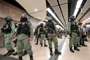 Haos na protestima u Hong Kongu: Muškarac odgrizao uho političaru