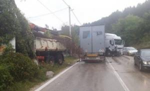 Direktan sudar dva kamiona, jedan vozač teže povrijeđen