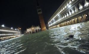 Venecija potopljena, turisti nose kofere na leđima