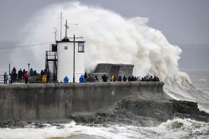 Denis - Oluja stoljeća: Irska i Velika Britanija pripremaju se za snažnu oluju Dennis
