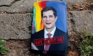 Fotografije protiv gej parade sa slikom Erika Nelsona