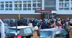 Škola za (po)četnike: Roditelji bošnjačke djece protestovali ispred škole u Srebrenici