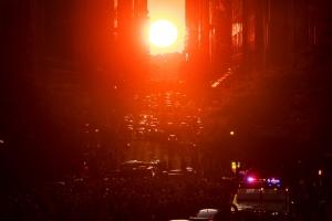 (FOTO) Rijetka pojava zalaska sunca: Njujorčani oduševljeni Manhattanhengeom