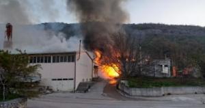Veliki požar u Širokom Brijegu, gori Stolarija Zovko. Kvar na stroju uzrokovao požar