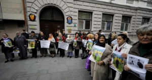 Protesti porodica žrtava genocida zbog Nobelove nagrade Handkeu
