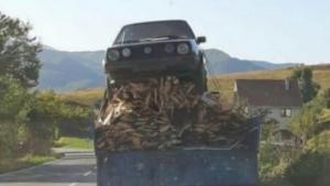 Na traktorsku prikolicu natovario drva i Golf