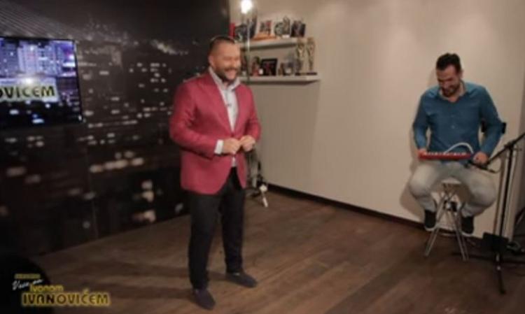 Prva emisija iz dnevnog boravka: Ivan Ivanović svoju prvu emisiju 'Skromno veče' snimio u dnevnoj sobi i emitovao na Youtube