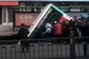 """Rupa na ulici """"progutala"""" autobus: Usred ulice u Kini otvorila se ogromna rupa u koju je propao autobus i nekoliko pješaka"""