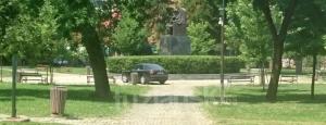 Tuzla: Autom u sred parka