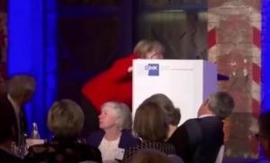 Angela Merkel pala izlazeći na binu, pa se ovako našalila na svoj račun