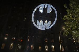 (video) Širom svijeta na nebu se pojavio Batmanov signal