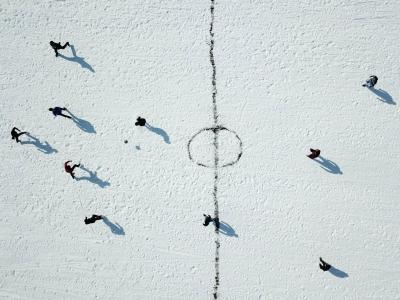 Nesvakidašnja fudbalska utakmica na zaleđenom jezeru (FOTO)