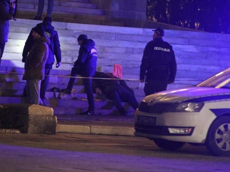 Ubio se na stepenicama parlamenta u Beogradu