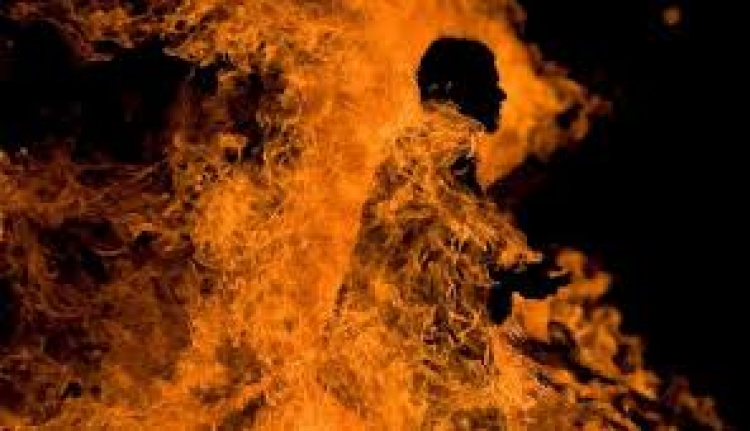 Zatekla muža s ljubavnicom, polila ga benzinom i zapalila