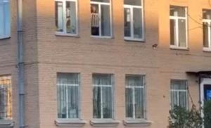 (video) Skočio kroz prozor policijske stanice s radijatorom oko ruke